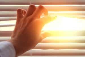 Büro-Rollos übernehmen verschiedene Funktionen, wie etwa Sicht- und Blendschutz