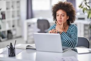 Sie verkaufen im Internet gewerbsmäßig Waren? Ein Gewerbeschein ist auch für einen Onlineshop Pflicht.