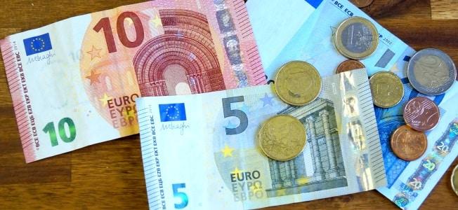 Wer ein Nebengewerbe (kein Kleingewerbe!) anmelden will, hat Kosten von mindestens 15 Euro für die Gewerbeanmeldung.