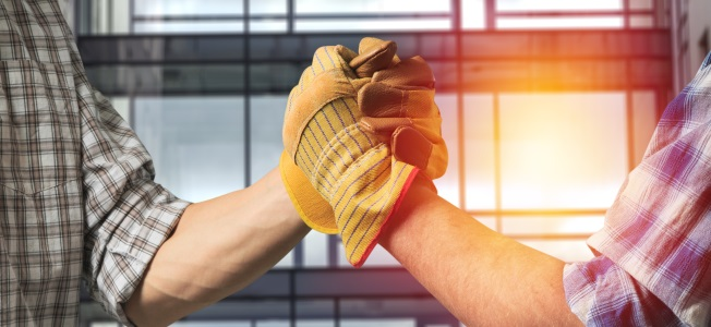 Die SOKA-Bau sichert den Urlaubsanspruch, auch wenn der Arbeitnehmer häufig den Arbeitgeber wechselt.