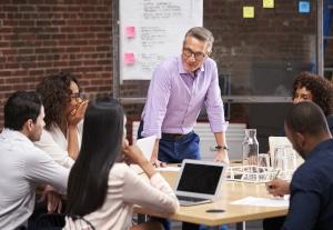 Coworker tauschen sich untereinander aus: Der soziale Aspekt der Zusammenarbeit steht im Vordergrund.