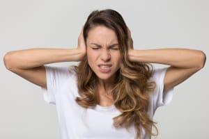 Aufgrund dauerhafter Umgebungsgeräusche können sich im Coworking Nachteile für das Arbeitsklima ergeben.