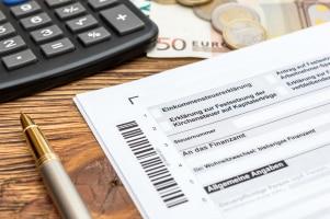 Eine Lohnsteuererklärung müssen Arbeitnehmer nicht machen. Sie geben eine Einkommensteuererklärung ab.