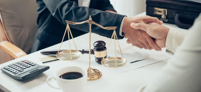 Bei einer GmbH muss der Gesellschaftsvertrag von einem Notar beglaubigt werden.